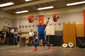 Johnny Sundström, ordförande i Östersunds AK, här med en stöt på 137 kilo från senaste hemmatävlingen i våras.Arkivbild: Moa Lugner