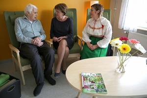 Hans Tångring stortrivs i  sitt nya boende. Anna-Lena HållmatsBervik, socialchef och avdelningschef Linda Hjalmarsson  pratade med Hans under invigningen av Ekbacken..
