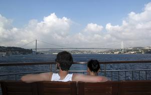 Bildtext 3: Vy från en av de otaliga färjorna på Bosporen bort mot den första Bosporenbron, som förbinder Europa med Asien.   Foto: Johan Öberg