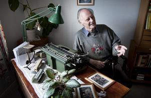På sin Halda av årsmodell 1962 har Gunnar Karlsson skrivit många underfundiga insändare med ett allvar i botten. Han medverkar också i den lokala hembygdsföreningens skrift och förmodligen har även skogsbolagen fått ta del av hans nedskrivna åsikter.