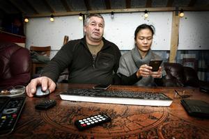 Jörgen och Donna Grenmo satt hela helgen framför datorn och följde nyheterna samtidigt som de försökte få kontakt med barnen, släkten och vännerna hemma i Filippinerna.