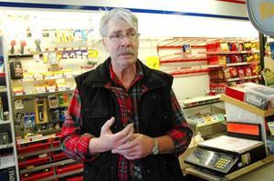 Lennart Drotz som i dag driver bensin- stationen  i Åsarna vill sälja verksamheten. Om ingen vill ta över kommer byborna  i Guldbyn att förlora möjligheten att både tanka och handla livsmedel.Foto: Sandra Högman