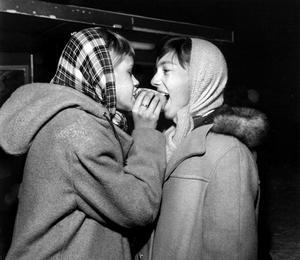 Kompisar. Anita Andrén, med flicknamnet Vikström och Marianne Westman delar på en korv. Tack vare bilden fick de kontakt med varandra igen efter många år. Bilden blev omslaget på vlt:s dvd om Västerås på 50-talet.