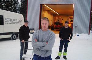 Fredrik Nilsson, Köttsjön, på bilden flankerad av pappa Bengt och sin anställde Kristoffer Olofsson från Överammer, hade hoppats på att under våren få gå igång med vindkraftsarbetena.  Foto: Ingvar Ericsson