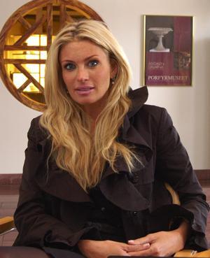 Tv-kändisen, programledaren och konstnären Carolina Gynning har börjat formge konstföremål i porfyr från Älvdalen. Foto: Björn Rehnström