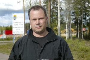 Miljonsatsning. Lars Andersson räknar med att investera fem –sex miljoner i bygget vid Lyviksberget. Hans förhoppning är att i framtiden årligen sälja uppåt 150 fordon.