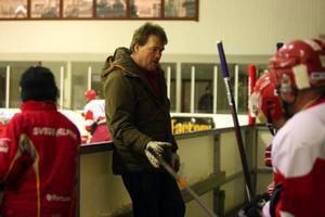 Tommy Svensson gav direktiv till hemmalaget.Foto: Håkan Degselius