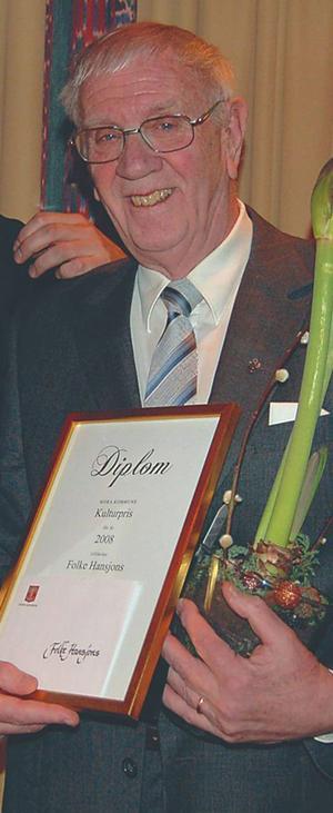 Folke Hansjons på en bild från 2008 då han fick dela Mora kommuns kulturpris med rocksångaren Joachim Cans.