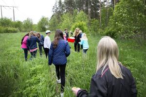 Fridhemsskolans klass skogen fyra började sin skoldag med en promenad i skogen tillsammans med läraren Lena Berggren.