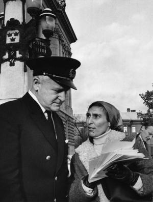 Katarina Taikon 1967, när hon blir tillsagd av riksdagsvaktmästaren att hon inte får dela ut flygblad på riksdagshustrappan. Arkivbild.   Foto: John Kjellström / SvD / TT