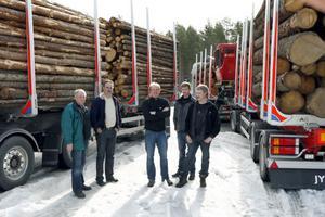 Under dagen visade man bland annat så kallade timmerkorgar. På bilden: Olle Svensson, Hiab, Lennart Estander, besökare, Jörgen Spring, Exte, Niklas Östman och Stefan Östman, besökare.