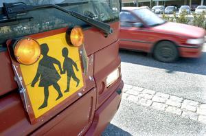 Det är upp till respektive kommun att avgöra vem som har rätt till skolskjuts.