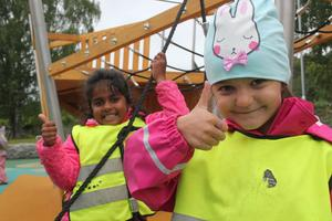Jolina, 5 år och Rona, 6 år har testat och godkänt klätterbåten.