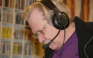 Bo Billborn fick hörlurar och mikrofon från Anders Berg, så Billborn kunde överraska både Anders Berg och närradiolyssnare samtidigt.