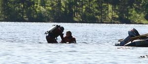 I vattnet intill en holme inte långt från där båtolyckan inträffade hittade dykarna 10-åringens kropp.