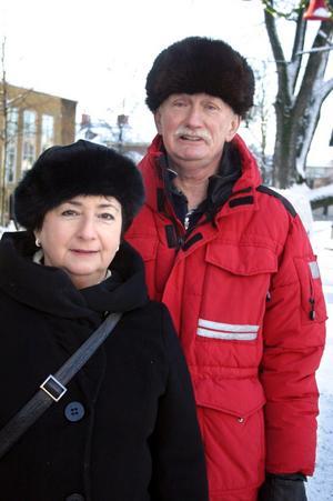 Kent, 64 år, och Klara Sigvardsson, Hjärsta:Ni kör med rysk stil?– Ja, det stämmer. Och det här är också en äkta ryssmössa inköpt i Polen för cirka 15 år sedan, säger Kent. Den brukar komma fram vid minus 20.Och när fäller du ner öronlapparna?– Det är när jag börjar frysa om öronen.Klara har köpt sin mössa på Hindersmässan för några år sedan.– Fast annars går jag mycket barhuvad. Jag har helst inte mössa alls, bara om det är minus tio eller mer. Jag klär inte i mössa, det är fåfängan helt enkelt.