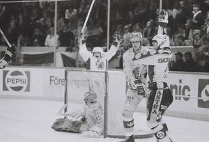 Glenn Johansson (bakom målet) och Thom Eklund vid ett av SSK:s sex mål på DIF-målvakten Rolf Ridderwall.