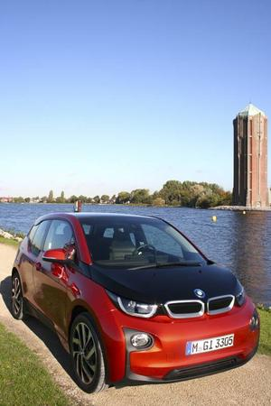 Elbil med premiumkänsla. BMW i3 märks ute i trafiken och interiören är lika iögonfallande.