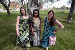 Maria Westlund, Gracianne Badesire och Maria Flink i tre av de klänningar som de unga kvinnorna i Ghana har sytt.