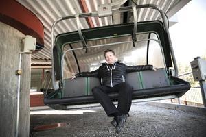 Bengt Ekström som arrenderar Bjursås skicenter fick på förra säsongens sista dag i gång fyrstolsliften och i tingsrätterna i Falun och Östersund inleds nu mångmiljontvister i Bjursås skicenterkonkursens spår.