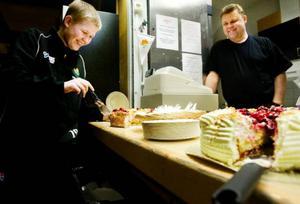 Josef Edström tar en tårtbit till. Med på bilden är också Ingvar Blomström som jobbar på fritidsgården.Foto: Ulrika Andersson