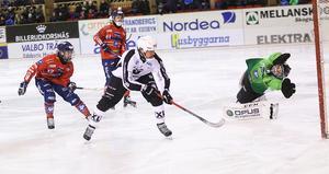 Chockstarten. Daniel Mossberg gör mål på Sandvikens första avslut, och det efter fin stickare från Erik Pettersson.