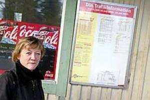 Foto: LASSE HALVARSSON Pendeltrassel. På en halvtimme tar sig Anita Nordström från Hofors till jobbet på Falu lasarett med första bussen strax efter sex. Nu vill landstinget spara genom att dra in linjen. Pendlarna kan ta tåget. Men första tåget går när Anita, och många med henne, redan har börjat jobba.