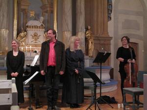 Sopranen Lena Moén och cellisten Katarin Åhlén medverkade vid uruppförandet av Urban Hedins De osagda orden i Bergs kyrka på söndagskvällen. Foto: LO Rindberg.