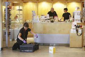 Jagar bevis. Polisens tekniker lyckades säkra spår efter de tre yxbeväpnade män som slog sönder montrarna och stal guld från Guldfyndbutiken i Hälla shoppingcenter.