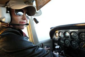 GRATTIS PERNILLA! Pernilla Wahlman har  tagit sitt flygcertifikat. Arbetarbladets reporter följde med på premiärturen.