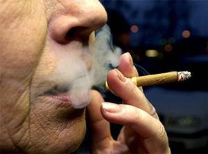 Färre röker, 9% av kvinnorna och 8% av männen är dagligrökare.