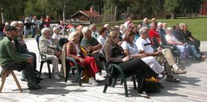 Publik. Ett 60-tal personer samlades vid dansbanan på Mockfjärds Gammelgård när Anna Dalfors med musiker sjöng och spelade i söndags. Foto:Maja Berg