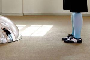 Helga Steppans speglar skapar skeva perspektiv och gör det möjligt för besökaren att bli en del av verket.