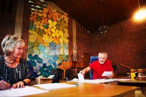 Eva Molin och Curt-Ivan Roos räknade röster i Församlingsgården.