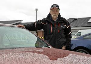 Kort resa. Bengt Göran Andersson från Öskevik var inte glad åt vädret på morgonen. Notera regndropparna på den välvaxade motorhuven.