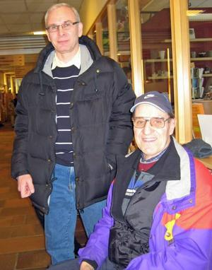 P-O Lööf och Egart Calin var tidigt ute för att få sin biljett.