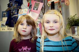 Nova Blomberg och Emelia Strömberg, 6 år har bägge bidragit med väska respektive en strumpdocka till utställningen.