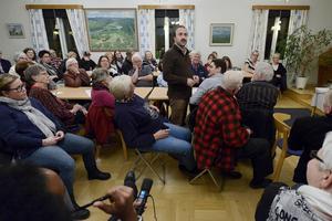Anas Matouk, som bor på asylboendet i Liden, besökte informationsmötet i sockenstugan i Liden och passade på att berätta om vem han är och lite om de övriga som bor i det före detta värdshuset.
