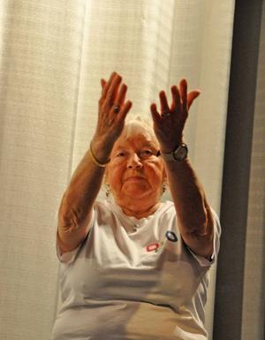 87-åriga Astrid Hafeldt är en aktiv dam som gymnastiserar flera gånger i veckan tillsammans med andra kvinnor i Hoting. Förutom glágympa går hon med stavar och på vattengymnastik.