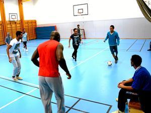 Fotboll är ett universellt språk. I väntan på asylbesked finns inte mycket att ta sig för med. Först efter ett eventuellt besked om uppehållstillstånd kan man börja på svenska för invandrare, SFI. När Abdulaziz Ahmed (som har bollen) väckte frågan om halltider nappade ABF som redan i dag arrangerar kurser i svenska i bland annat Storå.