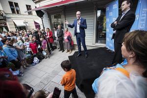 Valmöte inför EU-valet på söndag. Statsministern och finansministern trängde ihop sig med åhörarna i ett hörn på Prästgatan i Östersund.