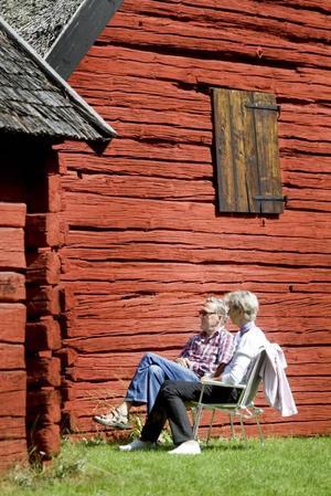PUBLIK. May och Ingvar Nyberg från Gävle tog med sig stolar och satte sig för att lyssna en stund. Mellan husen fanns en scen och där fick alla som ville framträda.