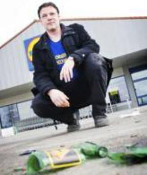 Niklas Lindvall möttes av en parkeringsplats full av krossat glas och tomburkar när han kom till jobbet på Lidl på söndag förmiddag.
