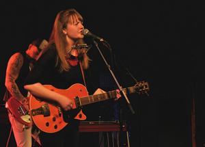 Ellen Sundberg bjöd på sig själv och en ny låt från plattan som släpps i september under Rolling Rootsy Revue i Östersund i går fredag.