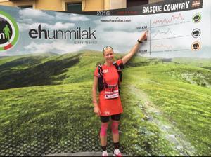 Anette Jonsson fotograferas på fredagen innan starten, där hon pekar på hur långt hon måste springa för att komma i mål.