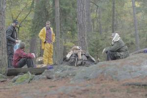 Bild från inspelningen. Filip Tegstedt (regi, manus, producent) tillsammans med skådespelarna David Dalling, Dylan M. Johansson och Biörn Andersson.