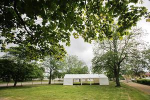 I anslutning till scenen i Läroverksparken kommer det att finnas förlustelser som fikatält, chokladtombola och luftgevärsskytte.