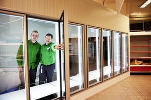 Golvet håller på att läggas om i butiken och en helt ny spelavdelning ska byggas. Leif Persson och Johan Gustavsson inviger den nya mejerikylen.