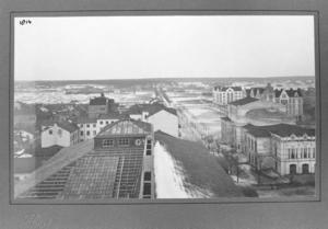 Gustaf Reimers klättrade upp på läroverkets tak och fotograferade Gävle norrut med teater och allt. Ljusinsläppet på skoltaket är numera rivet.