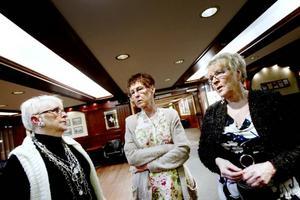 PENNINGBEKYMMER. Ordförande Birgitta Larsson, Ann-Britt Andersson och Anita Johansson i Gävle dansförening är bekymrade. Under en lång tid har föreningen gått back flera tusen vid varje arrangerad dans. Nu går det inte längre.